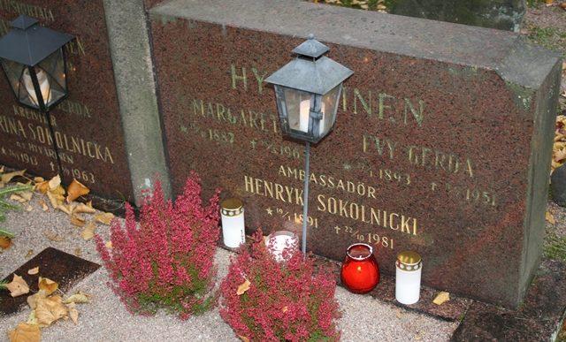 Groby Polaków pochowanych na helsińskich cmentarzach